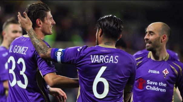 Maio Gomez festeggiato da Vargas, Borja Valero e Kurtic (alla sua sinistra) dopo la doppietta all'Atalanta