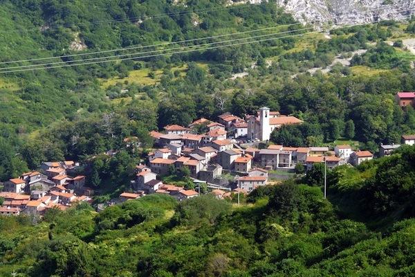 Sassalbo, la frazione a 860 metri slm dove il sindaco vuol trasferire il comune di Fivizzano