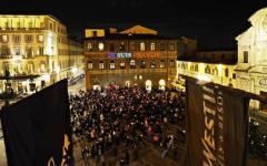 Charlie Hebdo, fiaccolata a Firenze. L'ambasciatrice di Francia: «Da qui dico grazie a tutta l'Italia»