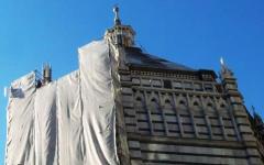 Pistoia, coppia sul tetto del Battistero tutta la notte: «Qui a oltranza per riavere i nostri figli»
