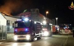 Prato, incendio distrugge una maglieria cinese. Paura per le abitazioni vicine