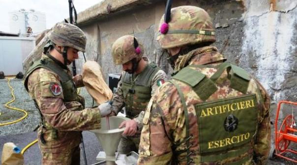 Artificieri dell'esercito in azione per il disinnesco  di ordigni bellici