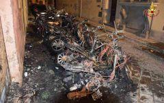 Firenze: cassonetto e 7 motorini incendiati di notte in via delle Conce
