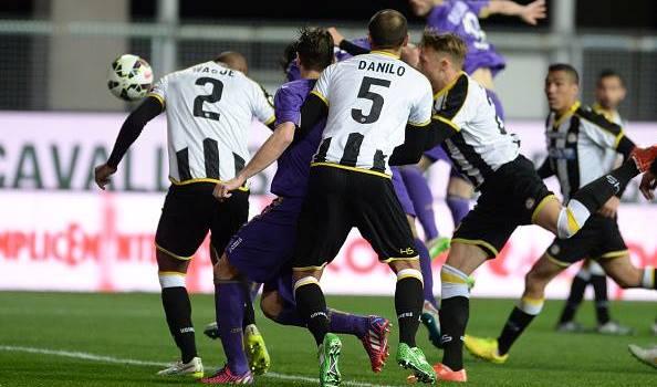 Lotta nell'area friulana nel finale, nel tentativo di segnare il gol della vittoria
