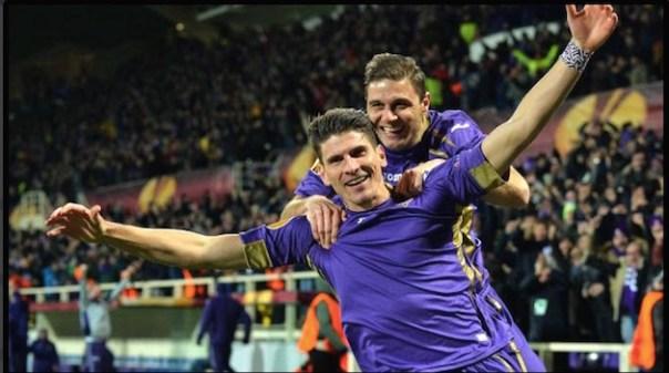 La gioia di Gomez e Joaquin, dopo il primo gol viola segnato dal centravanti tedesco