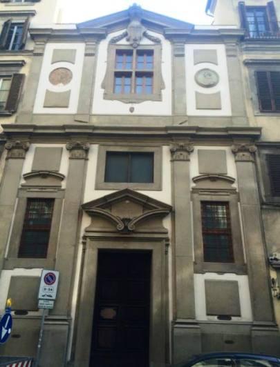 Il vecchio ospedale, in alto a sinistra il vuoto creato dal crollo del medaglione