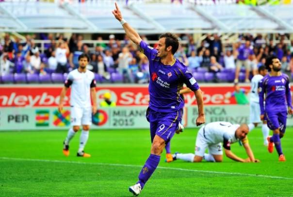 Fiorentina-Cesena, Alberto Gilardino esulta dopo aver segnato il terzo gol viola