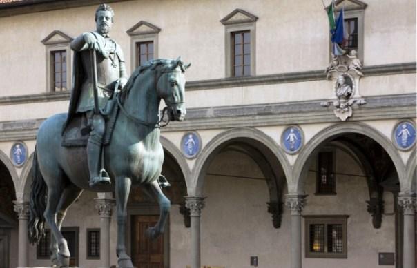 Firenze, i putti robbiani sulla facciata dell'Istituto degli Innocenti