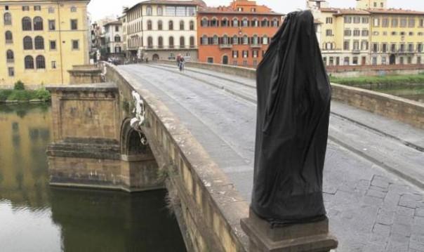 Firenze, la statua della Primavera incappucciata sul Ponte Santa Trinita