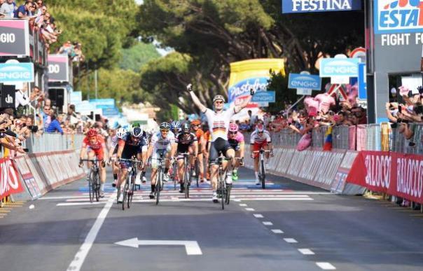 Giro d'Italia, la volata che consegna la vittoria a Greipel sul traguardo di Castiglione della Pescaia