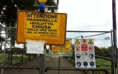Firenze, passerella delle Cascine: lavori mai avviati e divieto di transito «bucato» da pedoni, passeggini e biciclette