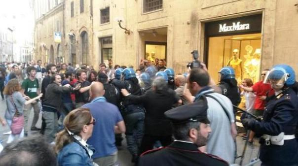 Siena, scontri fra la polizia e gli anti Salvini