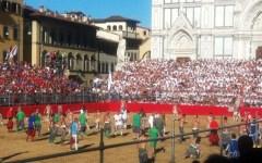 Calcio storico 2016: Pierfrancesco Favino e il rugbista Castrogiovanni magnifici messeri. Nicole Orlando leggiadra madonna