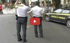 Firenze, la Finanza sequestra droga e magliette contraffatte ai concerti di Vasco Rossi (Video)