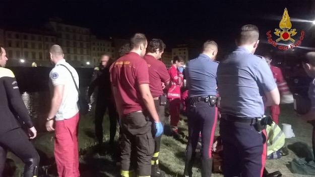 IL recupero del corpo del giovane coreano stanotte in Arno