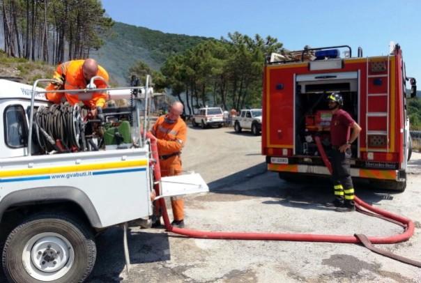 Incendio sul Monte Serra, l'intervento dei vigili del fuoco