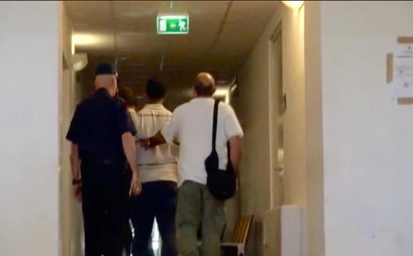 Dawitt Tades di spalle mentre esce dall'interrogatorio del Gip