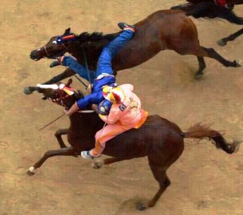 Palio di Siena, il fantino del Valdimontone afferra e getta a terra il rivale del Nicchio (foto Twitter - Deb90)