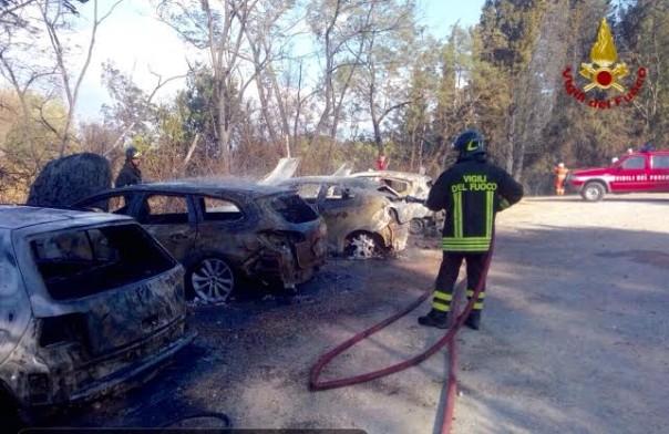 Vigili del fuoco all'opera a San Miniato per spengere l'incendio che dalle sterpaglie si è propagato alle auto