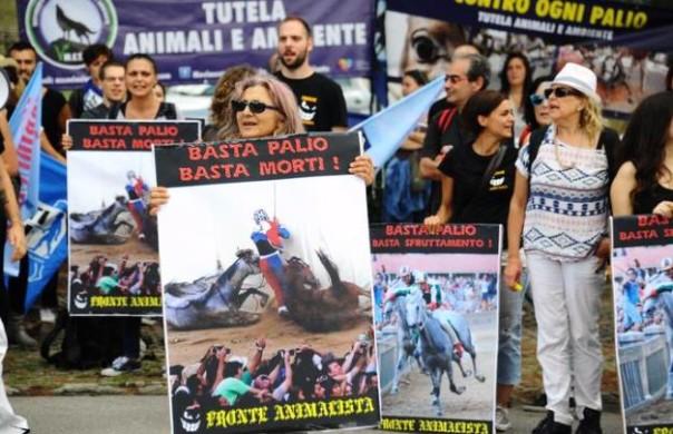 Animalisti in corteo a Siena il 16 agosto 2015