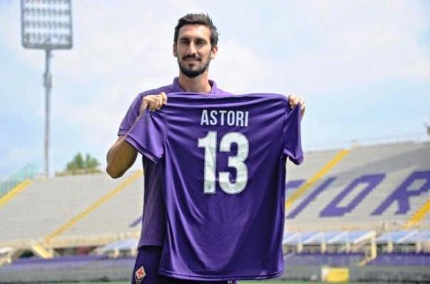Davide Astori con la maglia viola