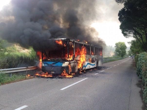 L'autobus completamente distrutto a Lastra a Signa