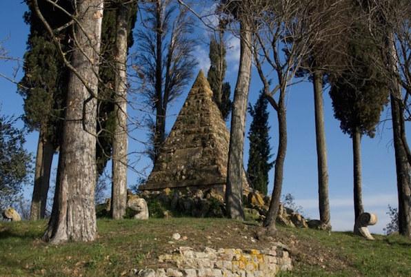La piramide che ricorda la battaglia di Montaperti tra Siena e Firenze