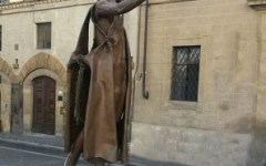 Firenze: turista olandese sale sulla statua di S. Giovanni, sui lungarni, per fare selfie. Multata dai vigili