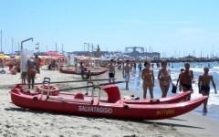 Viareggio, turista tedesca muore in mare mentre fa il bagno col marito