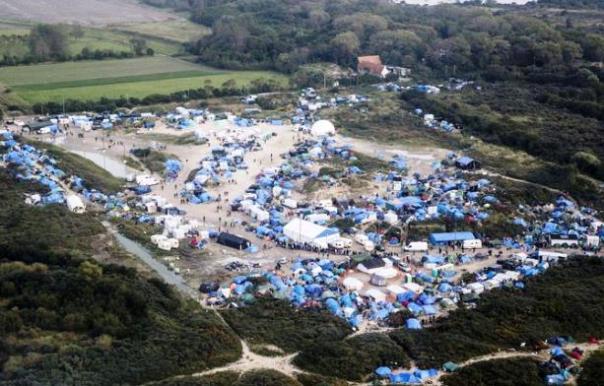 Calais, la bidonville dove profughi e migranti si assiepano in attesa di partire per l'Inghilterra