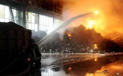 Lucca, incendio devastante in una ditta di traslochi
