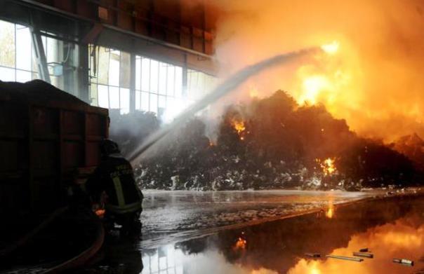 Lucca, incendio in una ditta di traslochi