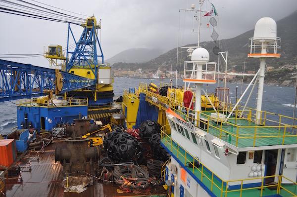Nave Micoperi 30 al lavoro davanti a Giglio Porto