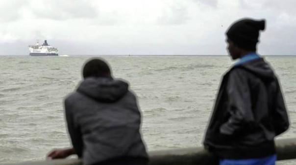 Migranti a Calais (Francia) in attesa di salpare per la Gran Bretagna