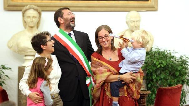 Il sindaco Marino trascrive le nozze gay