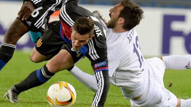 Basilea-Fiorentina, Xhaka lotta con Astori (foto dal sito della Tv svizzera Rsi)