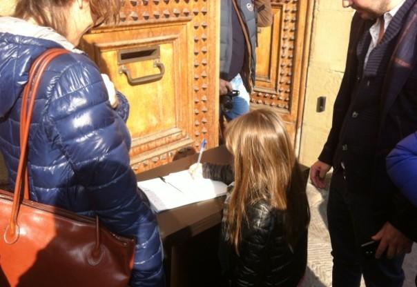 Consolato francese, una bimba firma sul registro delle condoglianze per gli attentati di Parigi