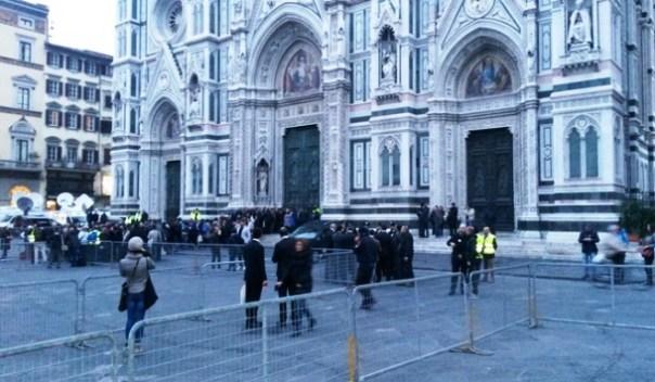 Firenze, la folla comincia ad affluire in piazza Duomo per incontrare Papa Francesco