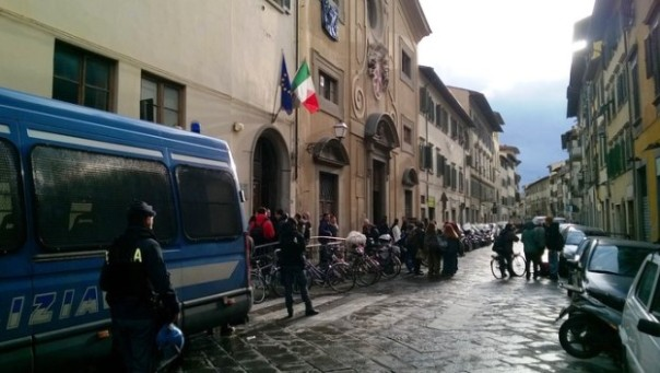 Firenze, lo sgombero al liceo Alberti occupato