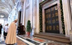 Giubileo della Misericordia, Roma blindata. Papa Francesco e Papa Benedetto XVI aprono la Porta Santa di San Pietro
