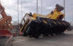 Viareggio, incidente al porto: autogru si ribalta e resta in bilico su un fianco