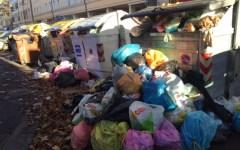 Livorno, azienda dei rifiuti in crisi: i lavoratori Aamps protestano in Comune imbavagliati