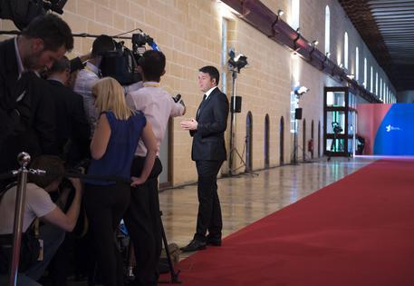 Il presidente del Consiglio Matteo Renzi a La Valletta (Malta) per il Vertice Unione Europea-Unione Africana sulle Migrazioni, 12 novembre 2015. ANSA/ PALAZZO CHIGI/ TIBERIO BARCHIELLI   +++ ANSA PROVIDES ACCESS TO THIS HANDOUT PHOTO TO BE USED SOLELY TO ILLUSTRATE NEWS REPORTING OR COMMENTARY ON THE FACTS OR EVENTS DEPICTED IN THIS IMAGE; NO ARCHIVING; NO LICENSING +++