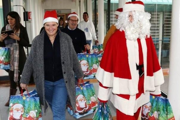 Dario Nardella vestito da Babbo Natale e Stefania Saccardi al Meyer