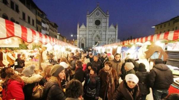 Firenze, Il mercato di Natale tedesco «Weihnachtsmarkt» in piazza Santa Croce