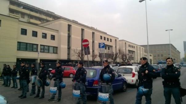 Firenze, Novoli, sgombero di uno stabile occupato in viale della Toscana