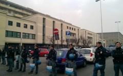 Firenze, edificio occupato a Novoli: sgomberato. Famiglie e bambini sul tetto