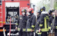 Massa: colonna di fumo nero in Lunigiana per l'incendio di un capannone di rifiuti. La Croce Rossa: state in casa
