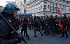 Firenze: scontri in piazza Duomo fra centri sociali e polizia. Ferito un antagonista, contuso un poliziotto