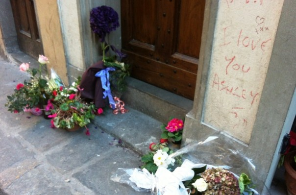 Firenze, al civico 3 di via Santa Monaca fiori davanti alla casa di Ashley Olsen